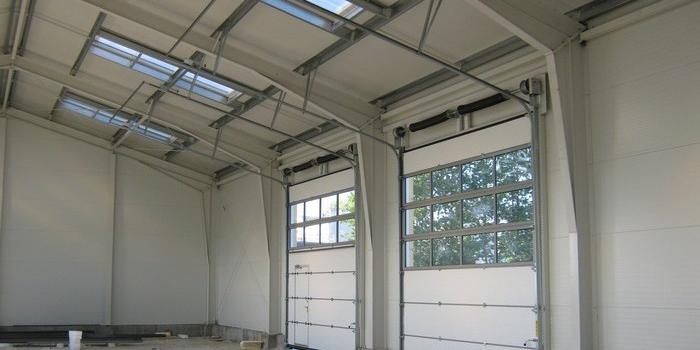 Maksymalne wykorzystanie przestrzeni dzięki dopasowaniu bram do pochyłości dachu