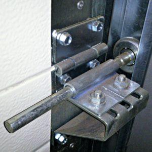 stalowe rolki przy bramie