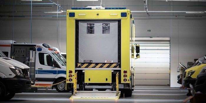 Nowoczesne ambulanse z bramami szybkobieżnamymi na ulicach Hongkongu