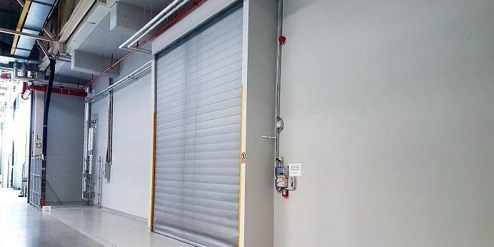 Ultralekka brama przeciwpożarowa jako oddzielenie hal produkcyjnych